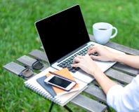 La détente d'espace de travail refroidissent le travail pour le bureau et conçoivent le smartphone d'ordinateur portable avec du  Photographie stock