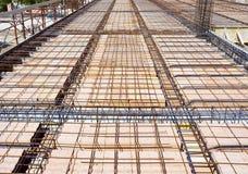 La dalle dans le laterocemento avec des faisceaux de tour d'électro-métal base dans les briques Images libres de droits