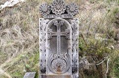 La dalle en pierre avec le forde croix et de robinetarrosent Photographie stock libre de droits