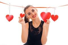 La dame élégante douce de brune célèbrent le jour de valentines de saint avec le coeur rouge d'isolement sur le fond blanc Photos stock