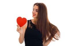 La dame élégante gaie de brune célèbrent le jour de valentines de saint avec le coeur rouge d'isolement sur le fond blanc Photographie stock libre de droits
