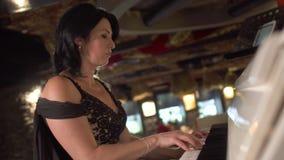 La dame adulte joue le piano banque de vidéos