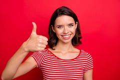 La dame attirante avec du charme de portrait se sentent qu'heureux toothy francs satisfaisants de contenu gai positif accordent u photographie stock libre de droits