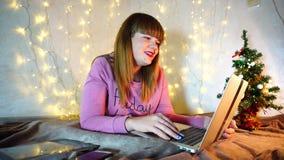 La dame avec du charme se relie à l'amant employant l'appel visuel banque de vidéos