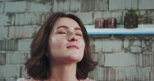 La dame charismatique avec les cheveux courts ont des caches sur son visage et font un massage pour le visage pour son individu a banque de vidéos
