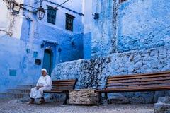 La dame chez Chefchaouen, Maroc Photographie stock