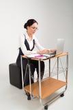 La dame d'affaires de brune travaille sur l'ordinateur Photographie stock