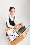La dame d'affaires de brune travaille sur l'ordinateur Images libres de droits