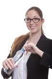 La dame d'affaires ouvre la bouteille d'eau Photographie stock