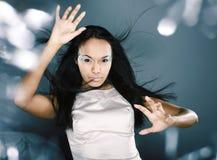 La dame de glace de beauté de portrait de mode éclabousse de la lumière dans le studio, Cr image libre de droits