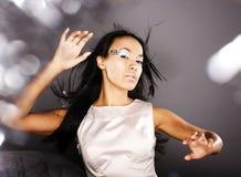 La dame de glace de beauté de portrait de mode éclabousse de la lumière dans le studio, Cr images stock