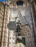 La dame de la foi à l'entrée de la cathédrale de séville photos libres de droits