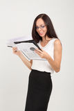 La dame de sourire d'affaires de brune avec le trombone embarquent Photographie stock libre de droits