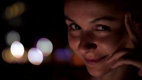 La dame européenne avec les yeux bruns regarde la caméra et les sourires banque de vidéos