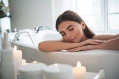 La dame heureuse calme ayant détendent dans la salle de bains photos stock
