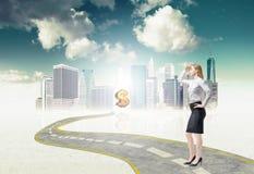 La dame intégrale d'affaires se tient sur le chemin aux nouvelles perspectives sur le marché financier de ville énorme Image libre de droits