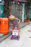La dame pluse âgé rassemble des déchets, Hong Kong Photos stock