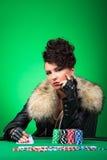 La dame songeuse joue au poker photo stock