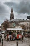 La Danimarca in breve: Castello di Christiansborg e una bancarella di hot-dog fotografia stock libera da diritti