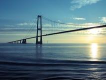 La Danimarca: Grande ponte sospeso della fascia al tramonto Fotografie Stock Libere da Diritti