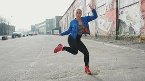 La danse blonde de femme ex?cute la danse moderne de hip-hop posant, style libre dans la rue, urbaine longueur des actions 4k banque de vidéos