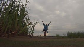 La danse d'homme sur la rue un jour nuageux, le voyageur est hausse heureuse et spirituelle, banque de vidéos