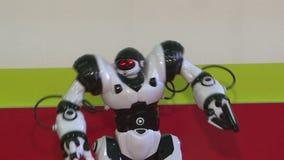 La danse d'un robot de humanoïde Exposition de danse Soirée dansante de robot Technologie futée de robot banque de vidéos