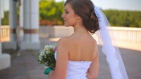 La danse de jeune mariée une danse de mariage sur un beau balcon donnant sur la mer clips vidéos