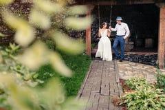 La danse de jeunes mariés en parc Image libre de droits