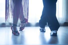 La danse de salle de bal de jambes de chaussures enseigne à des danseurs des couples photo libre de droits