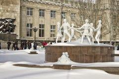 La danse des enfants reconstruits de fontaine installée sur la place devant la station de train. Photographie stock libre de droits