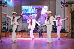 La danse du marin que la boudine a exécuté par des danseurs, acteurs de la troupe du théâtre de variétés d'état de St Petersburg Image stock