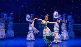 La danse folklorique four-chinoise de Fée-porcelaine de chance Image stock