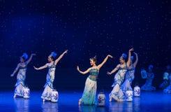 La danse folklorique four-chinoise de Fée-porcelaine de chance Photographie stock libre de droits