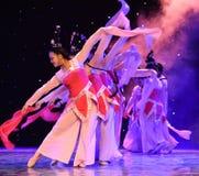 La danse folklorique nationale de danse-Le de pêche de fée-Le antique de fleur Photographie stock libre de droits