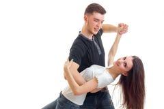 La danse romantique et le type de jeunes beaux couples incline la fille en avant Images libres de droits