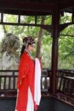 La danse traditionnelle de robe de jeu de drame de rôle de la Chine d'actrice d'Aisa de Pékin Pékin d'opéra de costumes de jardin images stock