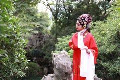 La danse traditionnelle de robe de jeu de drame de rôle de la Chine d'actrice d'Aisa de Pékin Pékin d'opéra de costumes de jardin image libre de droits