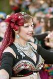 La danseuse du ventre exécute au défilé de Halloween Images stock