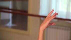 La danseuse en gros plan de femme soulève ses bras avec élégance au-dessus de sa tête clips vidéos