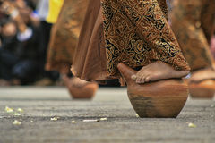 La danza de Buyung adentro seren el taun kuningan fotografía de archivo