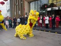 La danza de león, participa en la celebración del Año Nuevo chino Imagenes de archivo