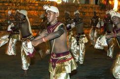La danza de los bailarines del escarabajo se realiza a lo largo de las calles de Kandy durante el Esala Perahera en Sri Lanka Fotografía de archivo