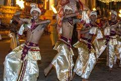 La danza de los bailarines del escarabajo se realiza a lo largo de las calles de Kandy durante el Esala Perahera en Sri Lanka Imagen de archivo