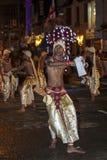 La danza de los bailarines del escarabajo se realiza a lo largo de las calles de Kandy durante el Esala Perahera en Sri Lanka Foto de archivo