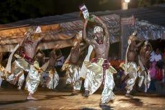 La danza de los bailarines del escarabajo se realiza a lo largo de las calles de Kandy durante el Esala Perahera en Sri Lanka Fotos de archivo