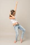 La danza del adolescente escucha música disfruta de la diversión Imagenes de archivo