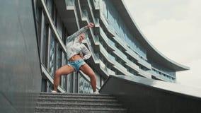 La danza divertida milenaria del inconformista joven se mueve Hembra joven feliz y emocionada con el pelo rubio o las danzas mile almacen de metraje de vídeo