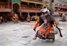 La danza enmascarada en el gompa de Hemis (monasterio), Ladakh, la India fotos de archivo