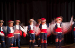La danza popolare egea del bambino Immagine Stock